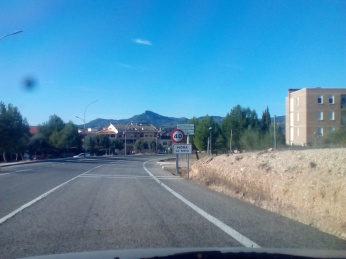 Entrando en Móra y estacionando pasado la señal, detrás de esos árboles.